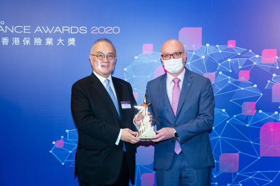 "Damien Green, Chief Executive Officer of Manulife Hong Kong and Macau, accepts the ""Outstanding Integrated Marketing Strategies"" award trophy at the Hong Kong Insurance Awards 2020."